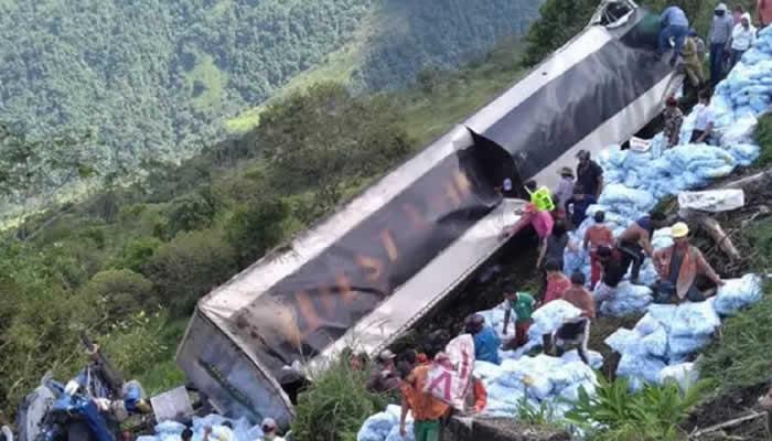 Saquean camión que se fue a un abismo, y no ayudaron al conductor gravemente herido