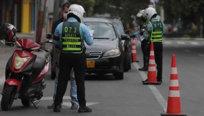 En investigación más de 100 quejas contra agentes de tránsito
